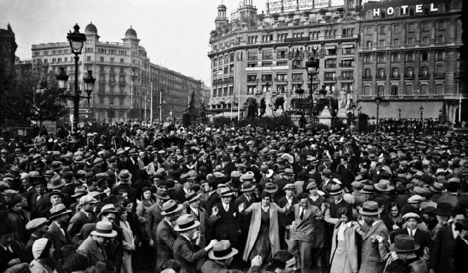 Barcelona Abans – Ballada de sardanes a la Plaça Catalunya, any 1920