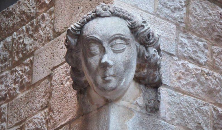 Sabeu perquè s'esculpien cares en les façanes d'alguns edificis?