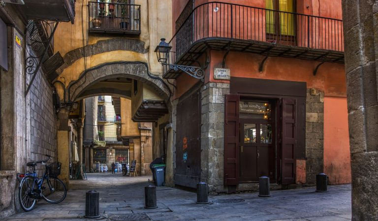 Sabeu quin és el carrer més curt de Barcelona? Una pista: té olor d'anís.