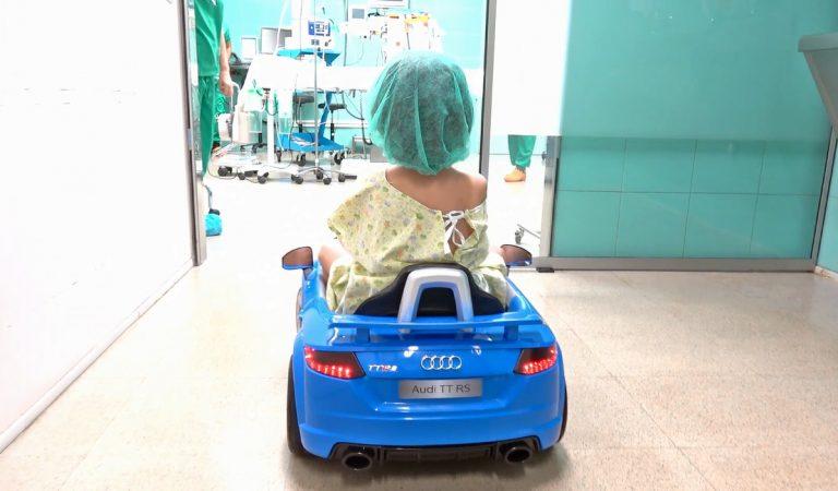 Els nens operats al Parc Taulí de Sabadell, entren en cotxe al quiròfan.