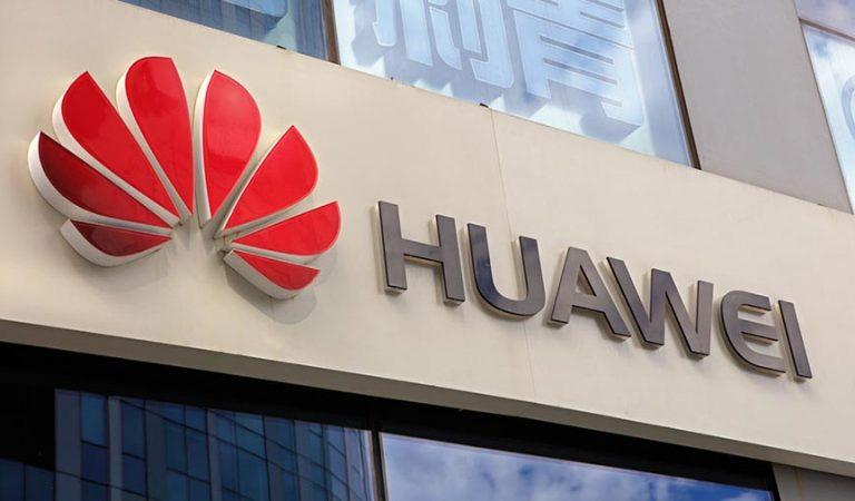 Huaweiobre nova botiga a la Plaça Catalunya, al costat d'Apple