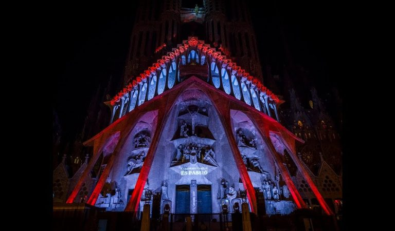 La Sagrada Família torna a il·luminar-se per Setmana Santa.