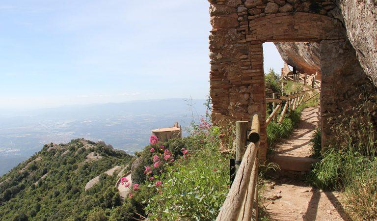 Per celebrar el Diumenge de Pasqua us oferim una visita virtual a Montserrat i escoltar a l'Escolania