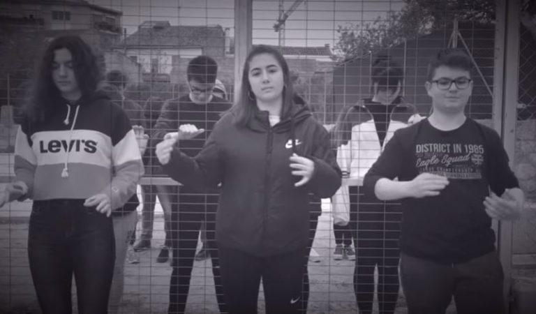 Lletra i Videoclip d'Obriules portes deTxarangoen llenguatge de signes