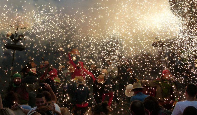 La plaça de Sant Pere de Berga canta els Segadors mentre baixa una estelada gegant.