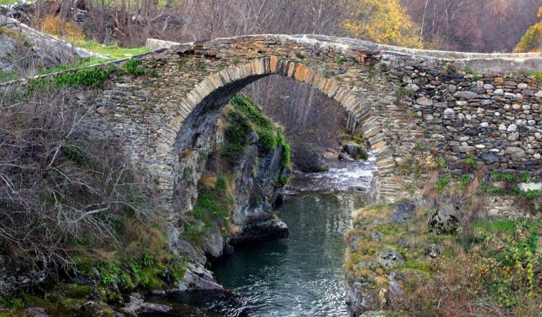 Alós d'Isil– Restauren un pont romànic del segle XII amb pedaços de formigó.