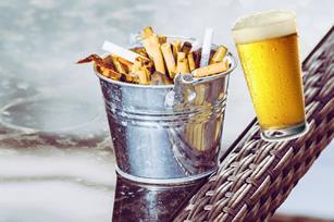 Un got ple de burilles a canvi d'una cervesa o un refresc.