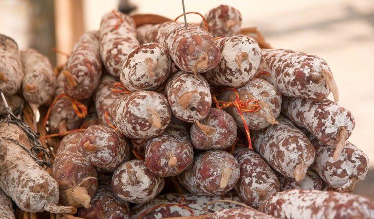 Fuet, llonganissa, secallona, somalla, espetec…, tots els noms del producte estrella de la gastronomia catalana. Quin us agrada més? Amb pell o sense pell?
