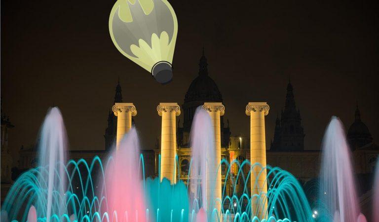 """Batman aterra aquesta nit a Barcelona amb la seva """"Batsenyal""""."""