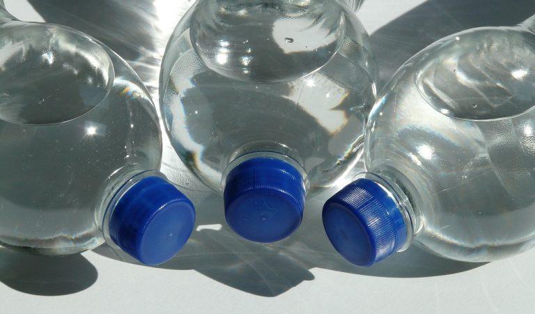 Aigua embotellada o aigua de l'aixeta, avantatges i inconvenients.
