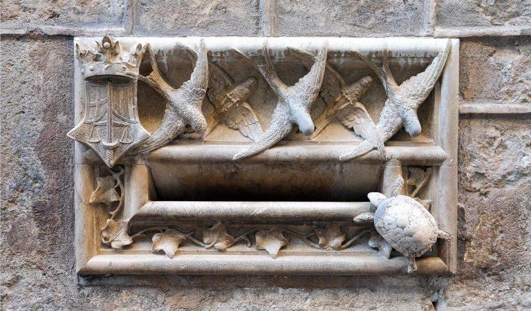 El significat de la famosa Bústia de la Casa Ardiaca