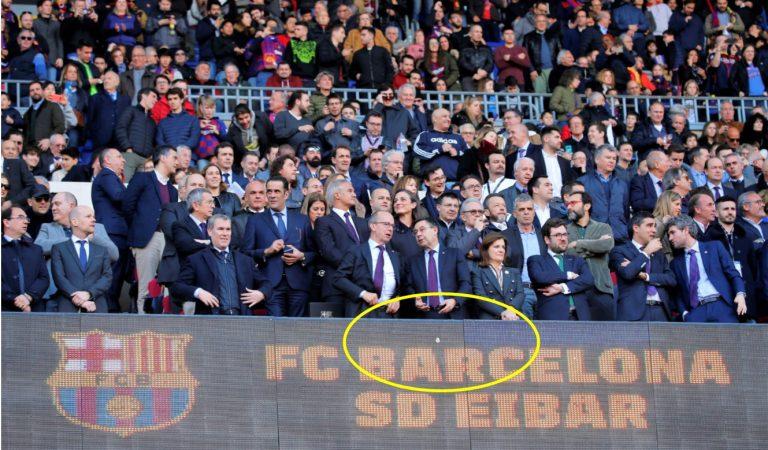 Un escut del Real Madrid es cola a la llotja del Camp Nou, just davant el seient de Bartomeu.