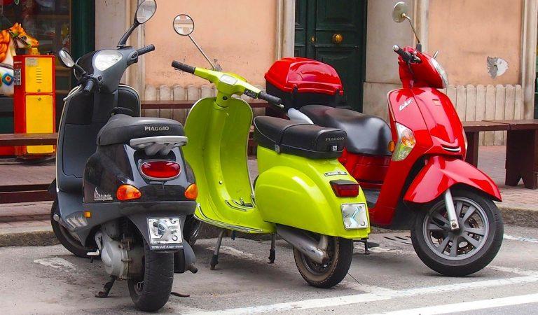 22 carrers o zones de Barcelona deixaran de tenir motos aparcades a les voreres