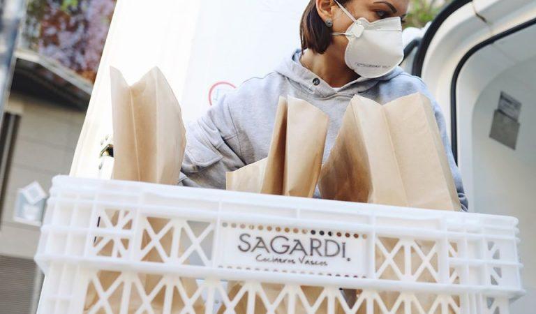"""El Grup """"Sagardi"""" reparteix menús a domicili per a la gent gran de Barcelona"""