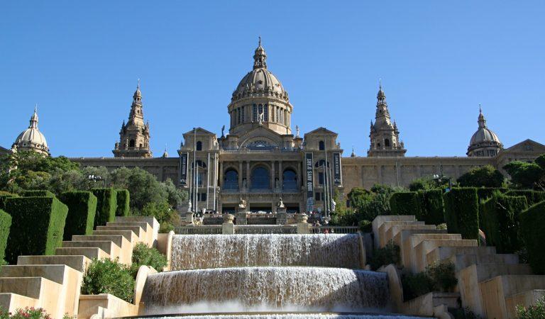 Barcelona talla el trànsit set espais durant els caps de setmana i festius.