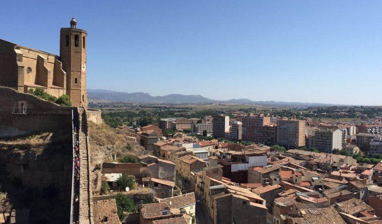 """Un centenar de persones desafien al Coronavirus i fan una trobada de """"petons i abraçades"""" a Balaguer."""