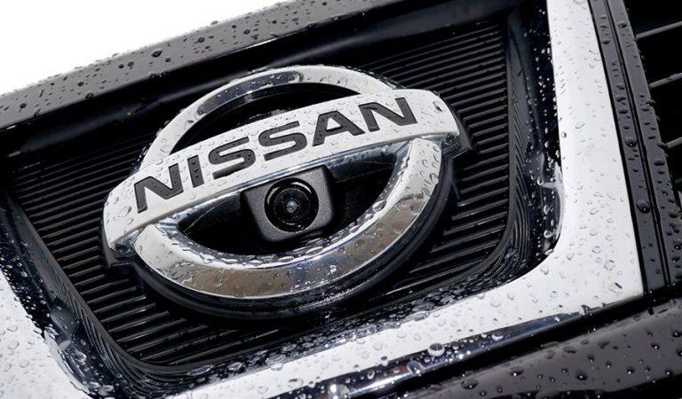 Tres marxes lentes de vehicles amb treballadors de Nissan surten cap a Barcelona