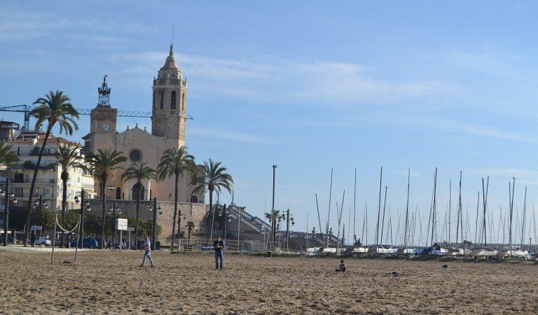 Sitges recollirà els residus flotants al mar i estudia convertir-los en teixits per vestuari municipal.