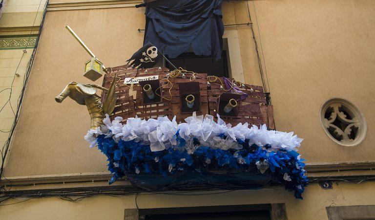 El primer premi de balcons guarnits a la Festa de Gràcia és un balcó pirata.