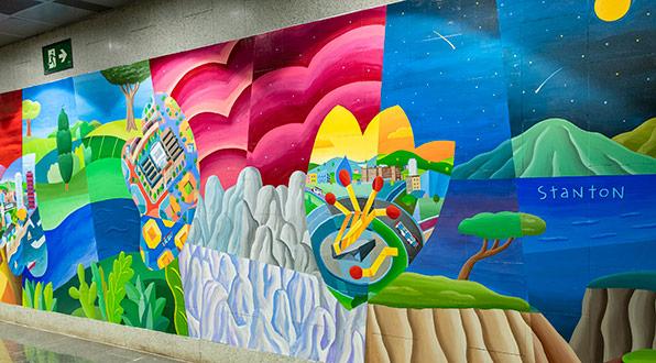 La parada de metro de Barcelona Guinardó-Sant Pau acull un mural en homenatge als sanitaris.