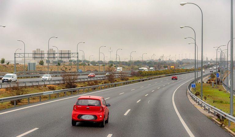 Multes de fins a 200 euros per no circular per la dreta en autopistes i autovies