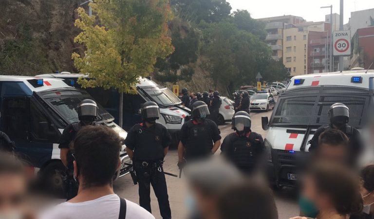 Els Mossos carreguen contra la gent que pretenia evitar un desnonament d'un pis propietat d'Oleguer PujolFerrusola