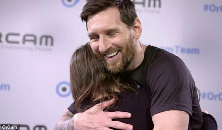 Leo Messi ambaixador d'un nou dispositiu per a persones invidents sorprèn un nen d'Olot cec