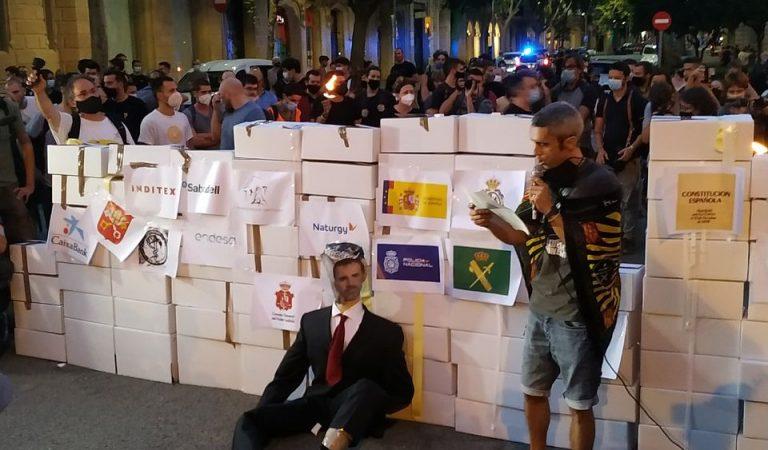 L'altra manifestació de la Diada. Els CDR cremen un ninot del Rei Felip VI