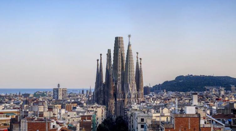 Un gran estel de llum coronarà la Sagrada Família que no estarà acabada en la data prevista per culpa de la Covid.