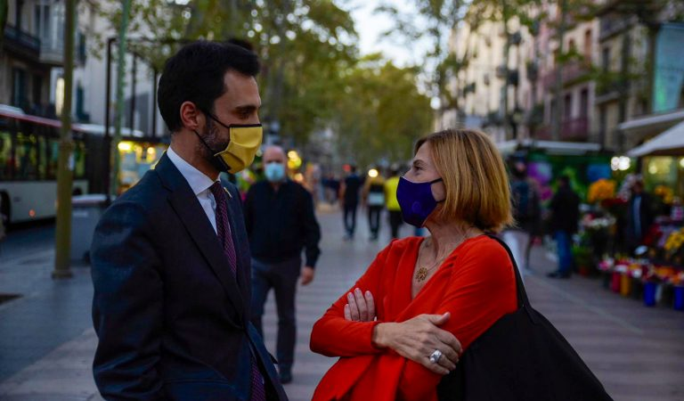 Carme Forcadell assisteix a la gala dels Premis Ràdio Associació de Catalunya, lliure un premi i se'n torna a dormir a la presó.