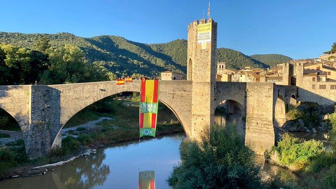 Vox desplega una gran bandera espanyola en el Pont de Besalú