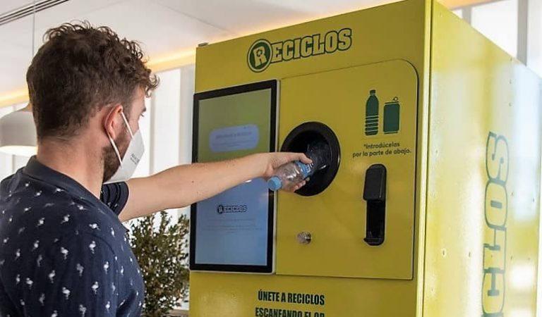 Les primeres màquines que et recompensen per reciclar arriben a les estacions de Ferrocarrils