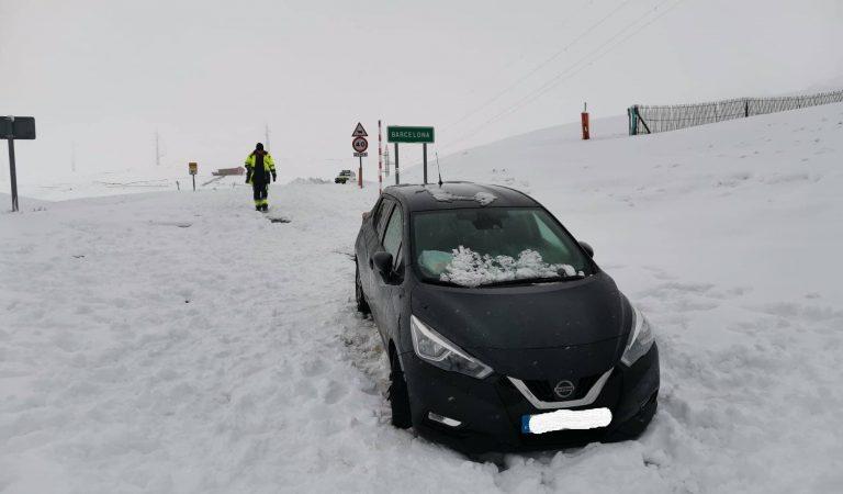 Una família amb dos menors que se salta el confinament, acaba atrapada enmig de la neu a Coll de Pal i han de ser rescatats.