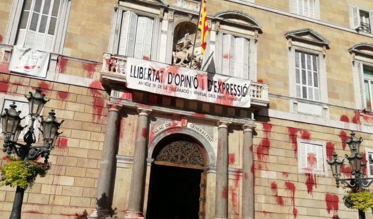 Una protesta del sector de la restauració acaba amb pintades a la façana del Palau de la Generalitat