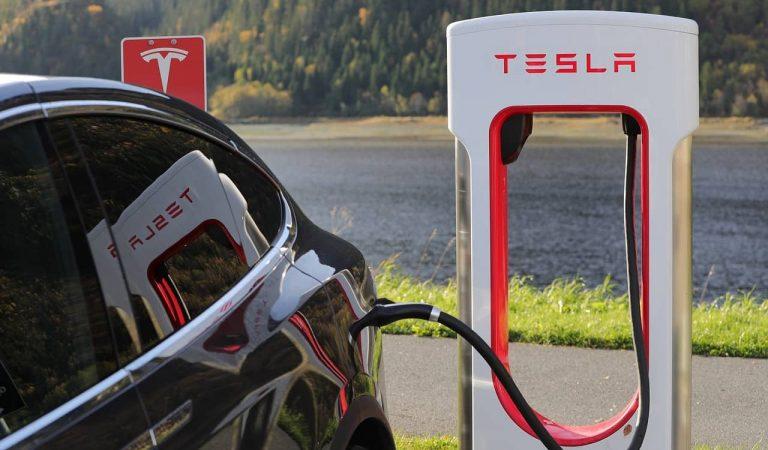 Tesla s'avança a Seat i els seus vehicles ja parlen català.