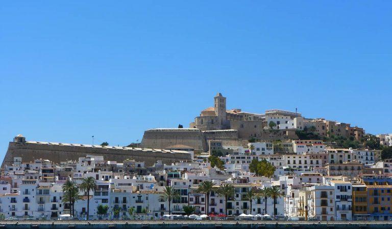 Una regidora d'Eivissa denúncia que un agent de policia nacional no la volia atendre per parlar català