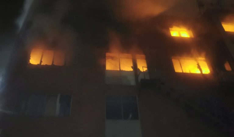 Dos morts i 17 ferits el balanç provisional d'un incendi a una nau de Badalona on vivien més de cent persones sense sostre.