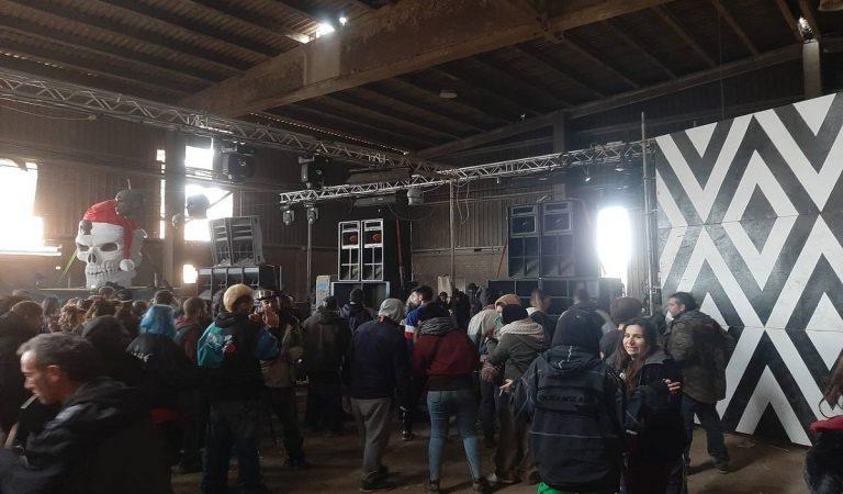 ÚLTIMA HORA: Els Mossos comencen a desallotjar la nau de Llinars del Vallès on es feia la festa il·legal.