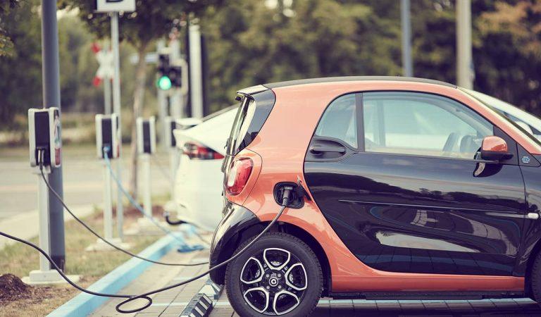 Barcelona cobrarà per recarregar els vehicles elèctrics en els punts públics de la ciutat.