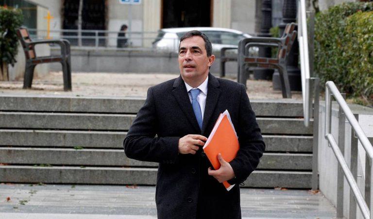 Vueling no deixa volar a l'exdirector dels Mossos, Pere Soler, perquè duia el test PCR en català