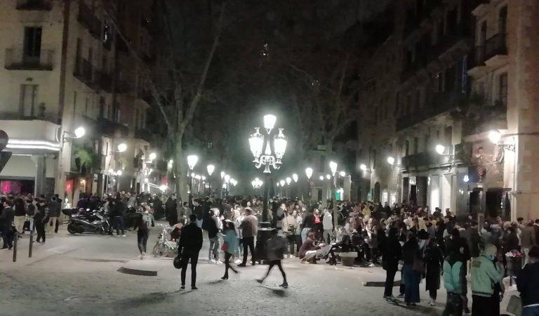 Els veïns del Born farts de les concentracions de gent al carrer bevent i xerrant sense mascareta