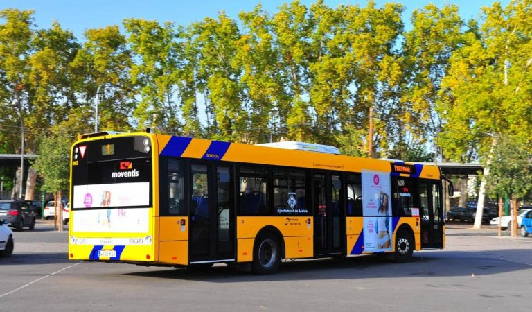 Una jove sense carnet agafa el control d'un autobús de Lleida en desmaiar-se el conductor