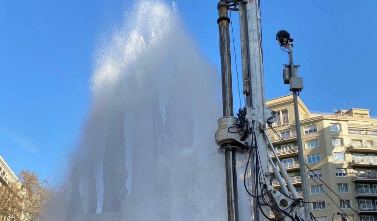 Espectacular fuita d'aigua al passeig de Sant Joan de Barcelona