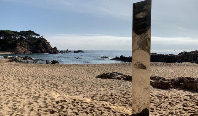 Un misteriós monòlit metàl·lic com el de Utah apareix en una platja de la Costa Brava