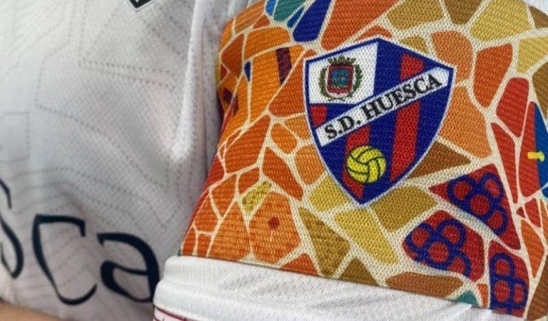 L'Osca rep al Barça amb un braçalet dedicat al club blaugrana i a la ciutat de Barcelona
