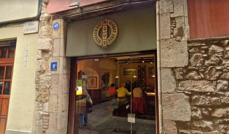 Tanca poc abans de fer els cent anys Ca l'Agut del carrerGignàsde Barcelona.