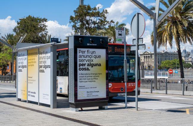 Barcelona estrena el primer panell publicitari del món que purifica l'aire