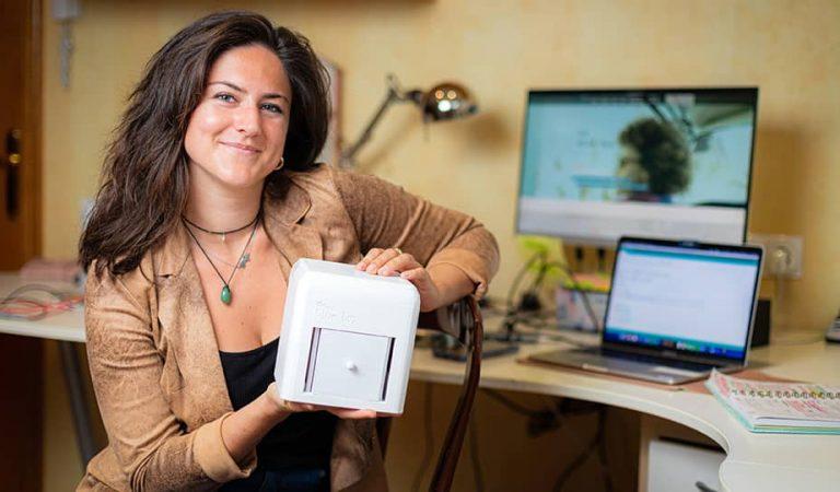 Una enginyera catalana inventa un detector de càncer de mama per fer a casa