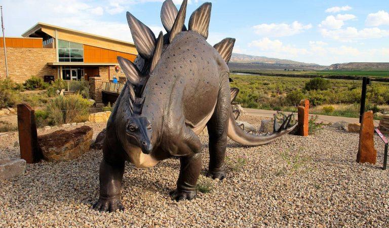 Troben un home mort dins d'un dinosaure decoratiu a Santa Coloma de Gramenet