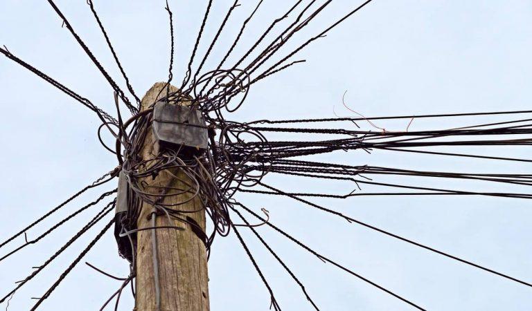 Campanya per denunciar el mal estat del cablejat telefònic que degrada les façanes i edificis històrics.